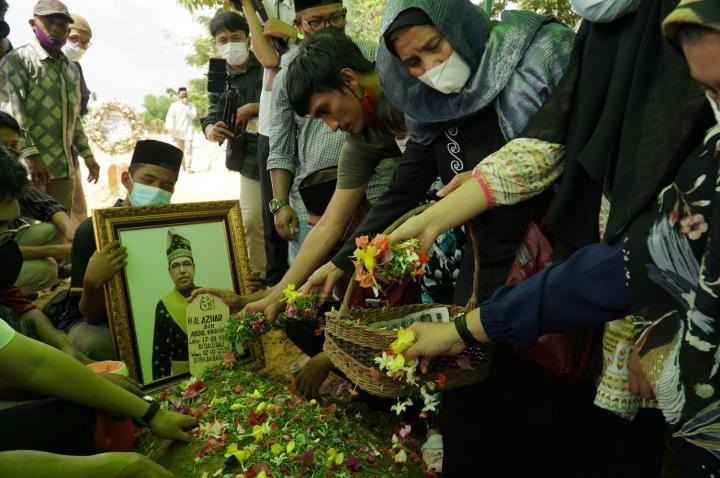 Jasad Al-Azhar Masuk Liang Lahat Keluarga dan Kerabat Bersedih