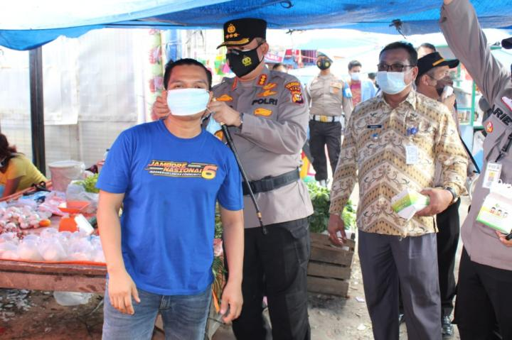 Ajak Warga Patuhi Prokes, Polresta Pekanbaru Sebar 1.000 Masker di Pasar Tangor