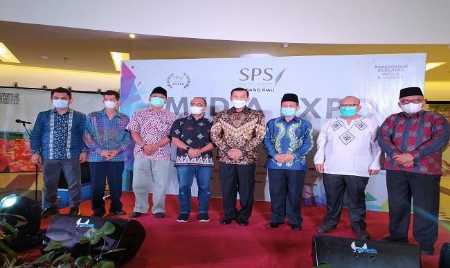 Gubri dan 5 Kepala Daerah se- Riau Terima SPS Award