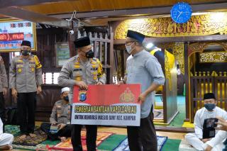 Kapolda Bantu 100 Alquran dan Kubah Masjid Jami Air Tiris