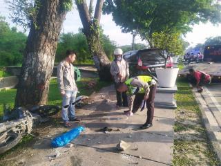 Avanza Panjat Trotoar, Tabrak Petugas Kebersihan dan 2 Motor Gegara Sopir Ngantuk