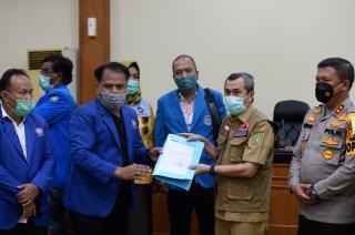 Gubernur Syamsuar Teruskan Aspirasi Buruh dan Mahasiswa ke Presiden