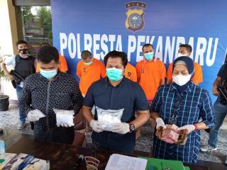 Nyamar Jadi Pembeli, Polisi Gagalkan Pengiriman 2,4 Kg Sabu