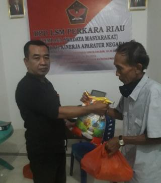 LSM Perkara DPD Riau Bagikan 100 Paket Sembako untuk Warga Tak Mampu