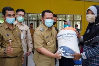 Bupati Kampar Serahkan Bantuan Beras Kepada 240 Keluarga