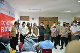 Gubri Tinjau Vaksinasi Covid-19 di PT Indah Kiat