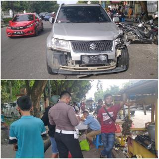 Mobil Tabrak Gerobak Pedagang di RSUD Arifin Achmad, 2 Luka