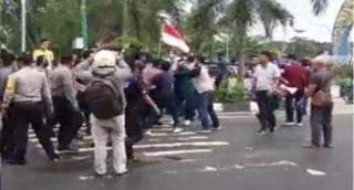 Tolak Omnibus Law, Mahasiswa Kampar Bentrok dengan Aparat Keamanan