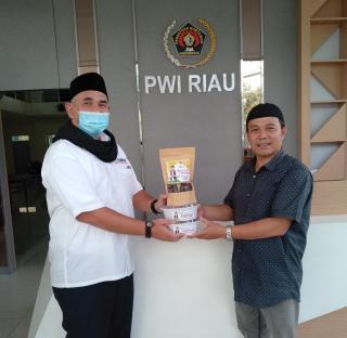 PWI Riau Bagikan 1 Ton Kurma untuk Masjid dan Mushala di Pekanbaru