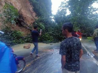 Longsor di Desa Merangin Kampar, Jalan Lintas Riau-Sumbar Terputus