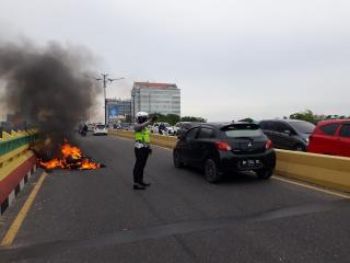 Api Muncul dari Mesin, Honda PCX Terbakar Hebat di Fly Over Sudirman