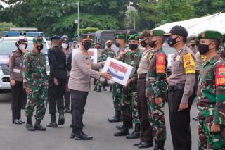 Kapolda Riau Lepas Ratusan Paket Sembako ke Warga Terdampak Covid-19